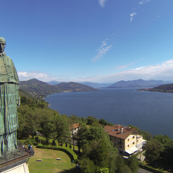 Arona, Statua di San Carlo Borromeo