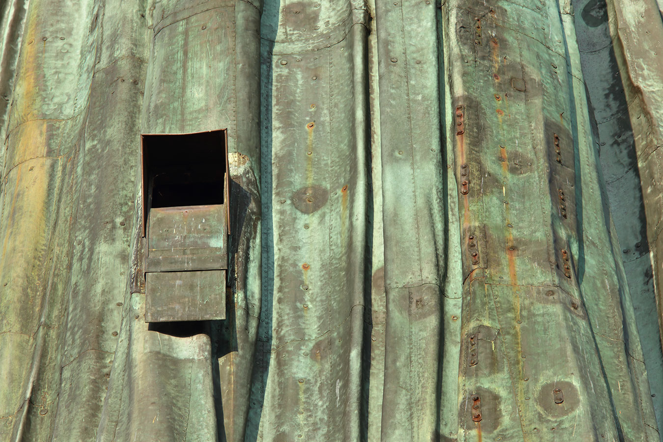 Arona, una finestra della Statua di San Carlo