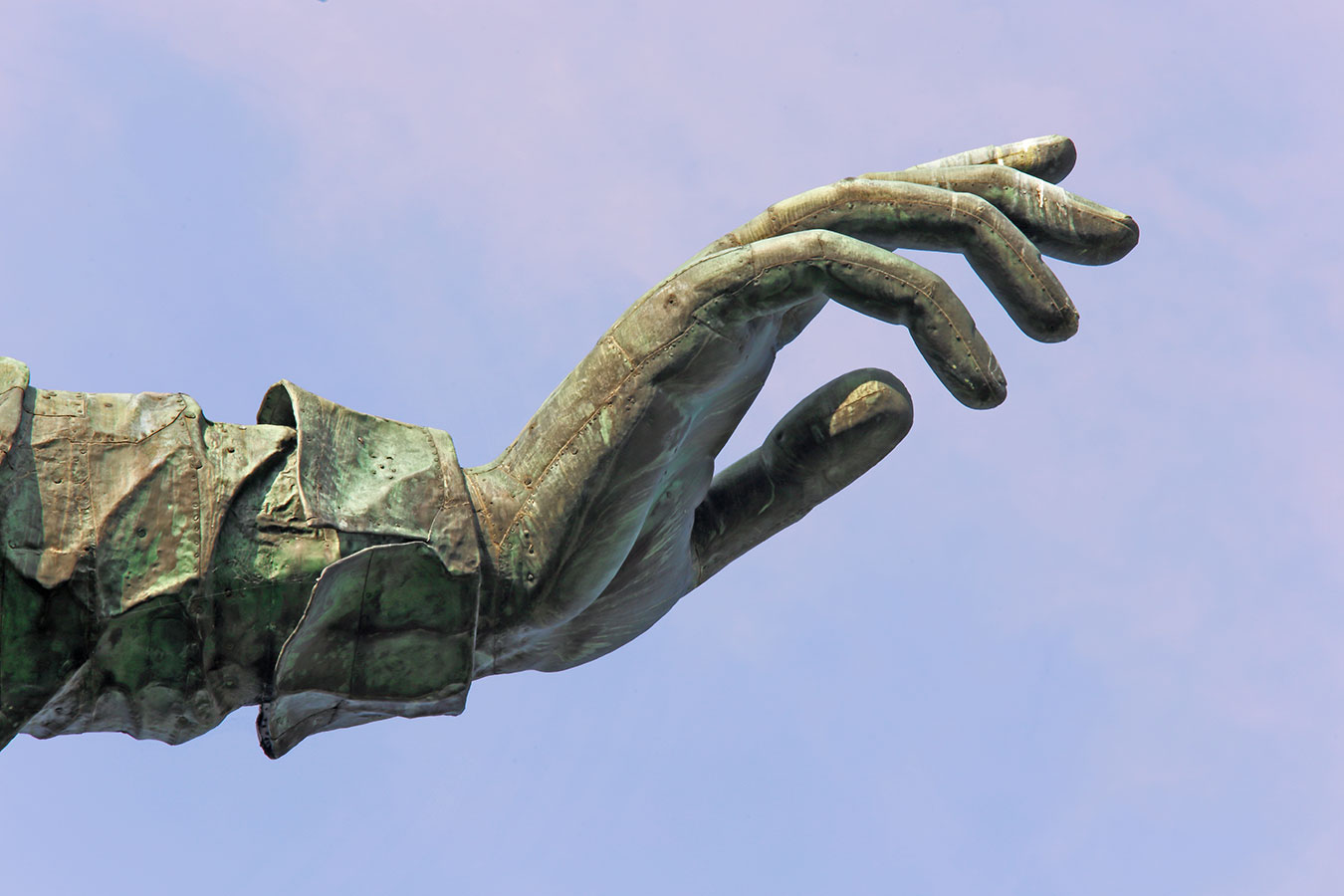 Statua di San Carlo Borromeo, particolare